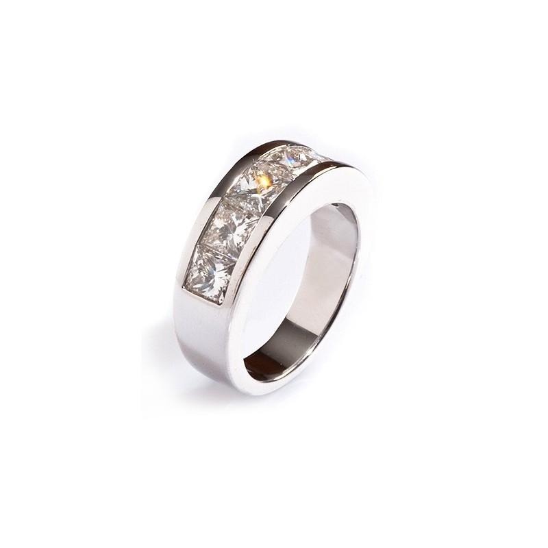 Media alianza de oro blanco con diamantes talla princesa